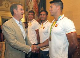 Feijóo hace dos chascarrillos con el apellido del medallista Cristian Toro