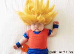 Des parents s'amusent à déguiser leur bébé pendant sa sieste