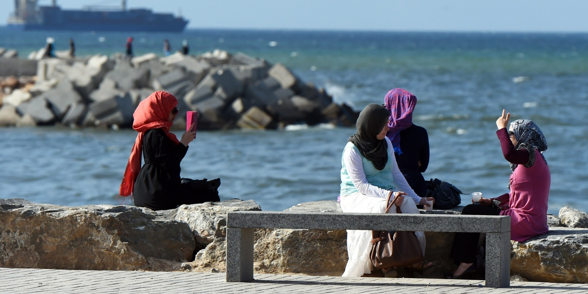 o ALGERIA WOMEN BEACH