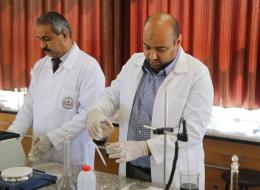 باحثان من غزة ينتجان وقوداً من ماء البحر لإنهاء أزمة الكهرباء