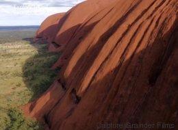 Une vidéo vue du ciel à couper le souffle pour la roche australienne d'Uluru