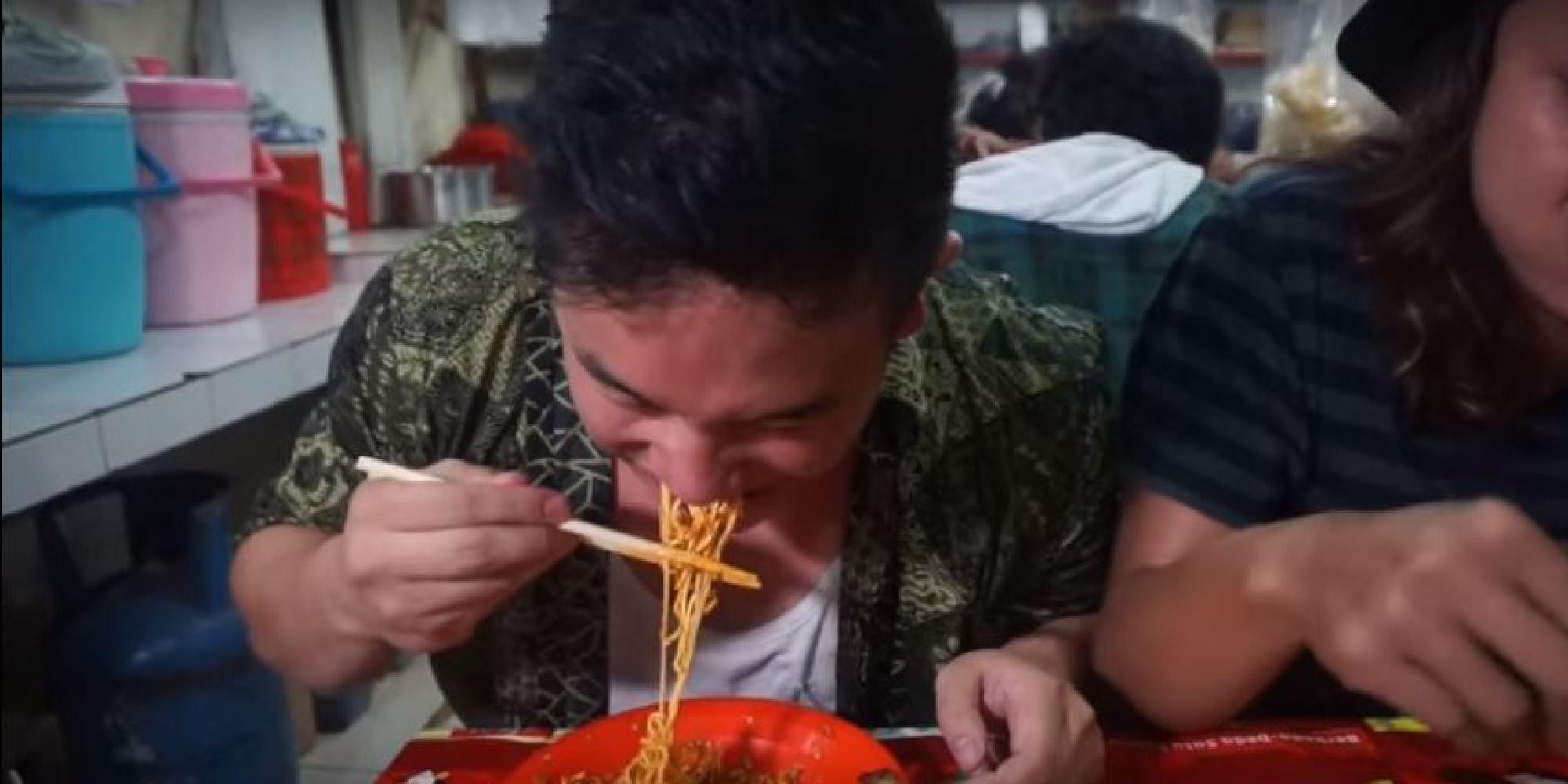 Le youtubeur ben ten a essay de manger des nouilles tr s for Bureau youtubeur