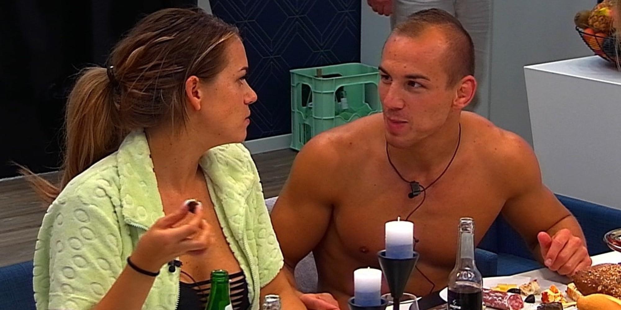 Mia nackt bei Promi Big Brother Am Pool fallen die