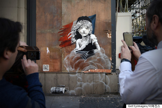 banksy kissing