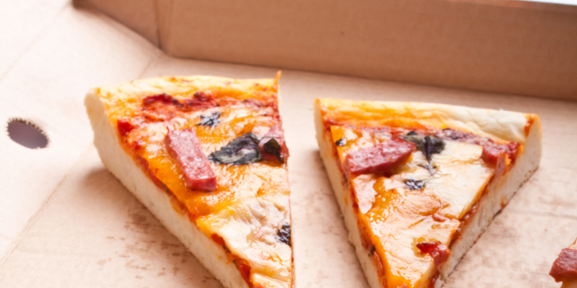 mann entdeckt eine nachricht auf der innenseite eines pizzakartons er wei sofort was zu tun ist. Black Bedroom Furniture Sets. Home Design Ideas