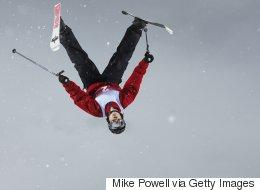 Il a si hâte à l'hiver qu'il décide de skier sur des escaliers (VIDÉO)