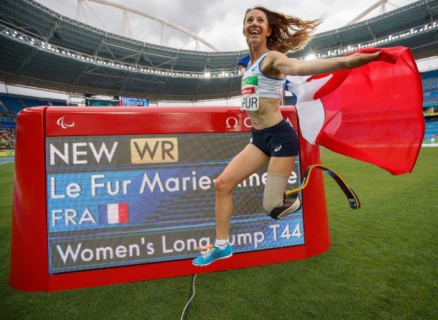 marie am lie le fur gagne l 39 or au saut en longueur et bat le record du monde aux paralympiques. Black Bedroom Furniture Sets. Home Design Ideas