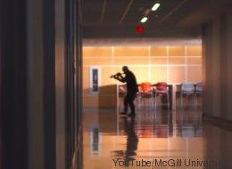 Dans cette vidéo, McGill apprend à ses étudiants comment survivre à une fusillade