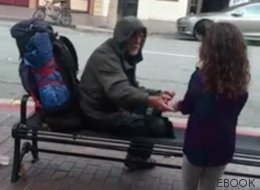 El bonito gesto de una niña con un anciano sin techo que se ha vuelto viral (VÍDEO)