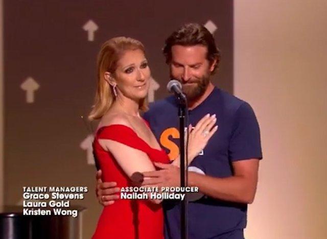 Sur scène, les larmes de Céline Dion… consolée par Bradley Cooper (vidéo)
