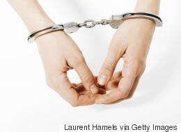 Enfermée par erreur avec 40 hommes, elle porte plainte contre la prison