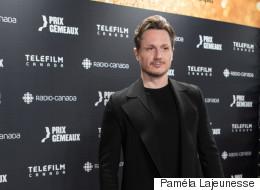 Gala Gémeaux 2016: Simon-Olivier Fecteau fait tourner les têtes sur le tapis rouge (PHOTOS/VIDÉO)
