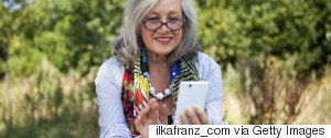 MIDDLEAGED WOMAN SMARTPHONE