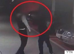 50대 남자가 '조용히 통화하라'는 아파트 경비원에게 보인 반응(CCTV 영상)