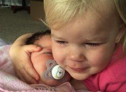 Cette petite fille passe des pleurs aux calins grâce à sa petite soeur