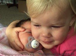 Cette fillette passe des pleurs aux câlins grâce à sa petite soeur (VIDÉO)