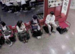 حلٌّ مذهل.. كرسي يحرِّك الطابور تلقائياً يخلِّصك من عناء الانتظار، شاهد