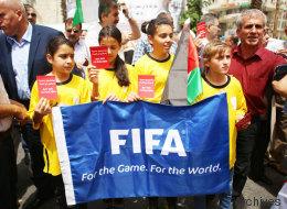 Une manifestation pro-palestinienne à Paris demandant l'expulsion d'Israël de la FIFA