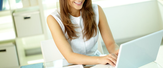 SMILING WOMAN WORKING LAPTOP