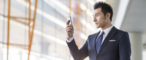 BUSINESSMAN AIRPORT SMARTPHONE