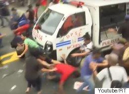 경찰차로 시위대를 깔아뭉갠 필리핀의 반미 시위 진압(영상)