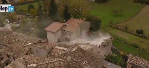 Le ruspe abbattono gli edifici pericolanti a Visso: le riprese dal drone