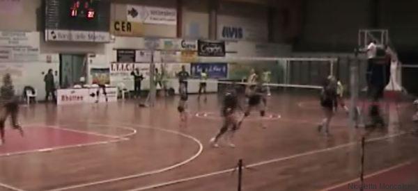Le ragazze giocano a pallavolo, ma quando arriva il terremoto scoppia il panico