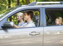 لماذا يفضِّل الناس في بعض الدول قيادة السيارات على الجانب الأيسر من الطريق؟