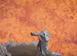 جنون السيلفي وصل العلماء.. شاهد أحدهم ينجو من الموت بأعجوبة وهو يصور نفسه مع البركان