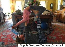 Sophie Grégoire Trudeau enseigne le yoga à sa fille