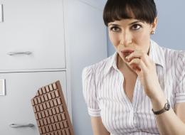 قمر النساء.. شوكولا سويسرية جديدة تخفف آلام الدورة الشهرية.. ومفيدة للرجال!