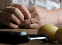 طريقة سهلة لخلع الخاتم العالق بإصبعك في ثوانٍ معدودة ودون ألم