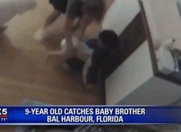 Un enfant aux réflexes surprenants sauve son petit frère d'une grave chute