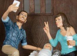 Voici la crèche de Noël moderne où Joseph fait un selfie et Marie un duckface