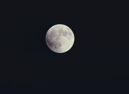 ليست صورة  للقمر.. هكذا يبدو شكل