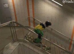 Il dévale les escaliers du métro... en ski