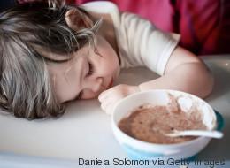 Dormir ou manger? Ces bébés n'arrivent pas à choisir!