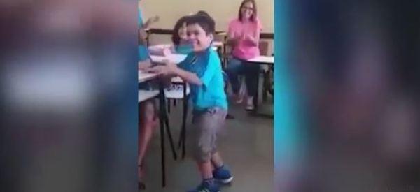 Bimbo disabile cammina per la prima volta. La reazione dei compagni vi scalderà il cuore