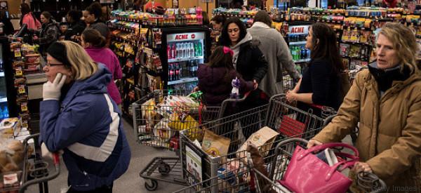 Reiches Paar macht sich über arme Mutter im Supermarkt lustig - und bekommt sofort die Quittung