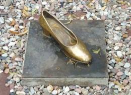 قطعْنَ أقدامهنَّ لارتداء الحذاء.. تعرّف على النسخ الأصلية المرعبة من قصة سندريلا الإيرانية والصينية