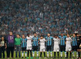 A bola voltou a rolar e as torcidas brasileiras deram aula de respeito à Chape