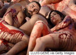 Ils sont nus et peints en rouge sang pour une bonne cause