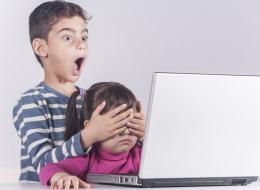 احذر ما يشاهده الصغار.. إعلانات رقمية مريبة تؤثر على نوعية أطعمة أطفالك