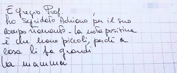 L'insegnante scrive una nota a un ragazzo disabile, la risposta della mamma è perfetta