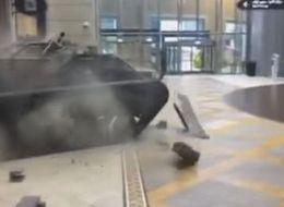 شاهِد: دبابة تقتحم مولاً في دبي وسط هلع المارة.. ما سر هذا الدخول المفاجىء؟!