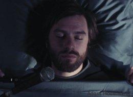 Keiner wollte mit ihm in einem Zimmer schlafen - also stellte er nachts eine Kamera auf - Video