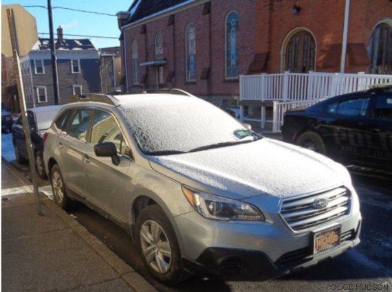 la voiture recouverte de neige