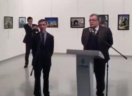 فيديو جديد لقاتل السفير الروسي.. شاهد كيف كانت لحظاته القلقة قبل أن يخرج المسدس