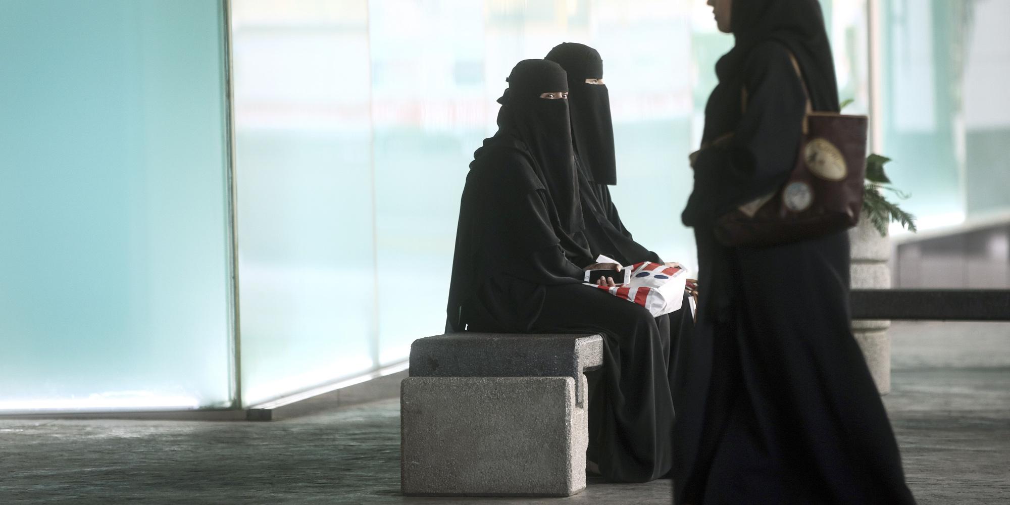 مكياج العزاء فن له أسس .. تعرَّف على سر تأنُّق الفتيات السعوديات في هذه المناسبة الحزينة