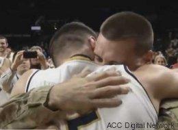 Son frère soldat le surprend juste avant son match de basket